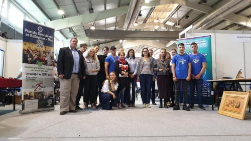 A képen összeálltak a tanácsadók a váci Piarista Gimnázium diákjaival és igazgatójával egy közös képre.
