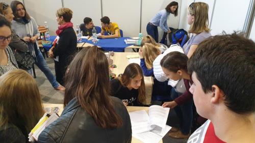 A képen több érdeklődő is a standok köré gyűlt ahol a tanácsadók válaszolnak a kérdésekre.
