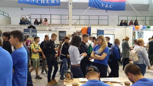 A képen a rendezvényen résztvevő diákok láthatók, miközben beszélgetnek, vagy a tesztet töltik ki éppen.